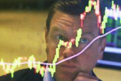 Мужчина на фоне котировок акций