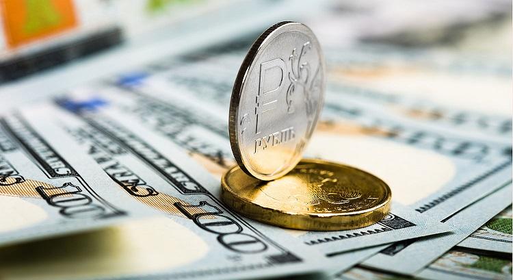 монеты рубля и стодолларовые купюры